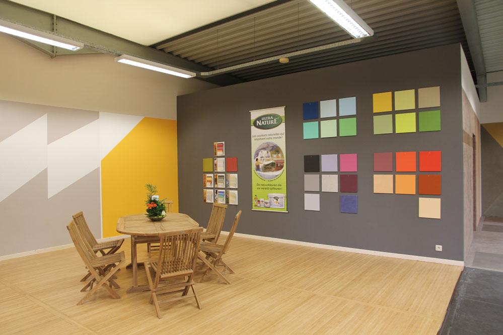 Le showroom d'ecobati Namur où se trouve de nombreux exemples de matériaux écologiques et peintures naturelles pour la décoration