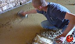 Le béton d'argile peut être lissé, mais il nécessitera quand même une chape de finition