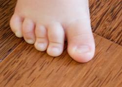 plancher de coco et pied de bébé
