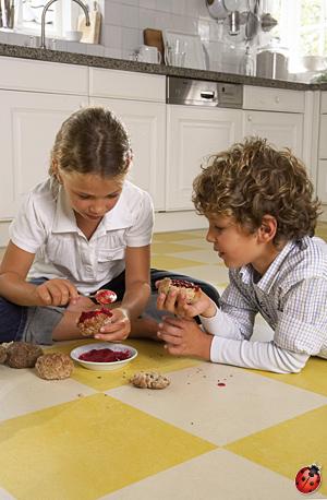enfants renversant de la confiture sur du lino click Forbo
