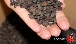 Granulés de Liége dans la main de Lydia - échantillon de Liége pour formations Ecobati